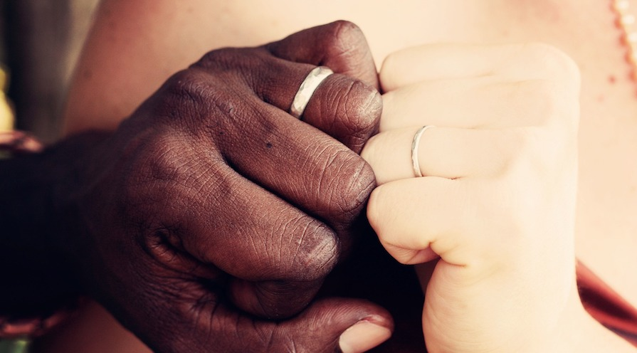 två händer med ring på ringfingret