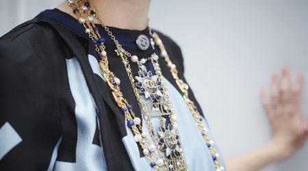 kvinna med smycken från Chanel - smyckestajlingtips