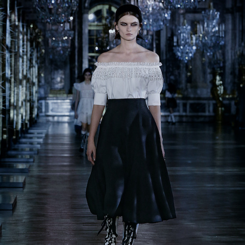 modell med svartvita kläder på catwalken