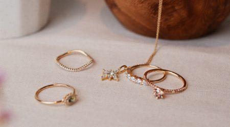 smycken med guld och ädelstenar
