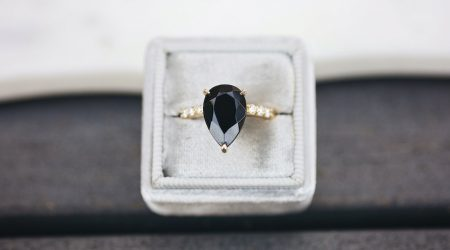 Vigselring med svart diamant