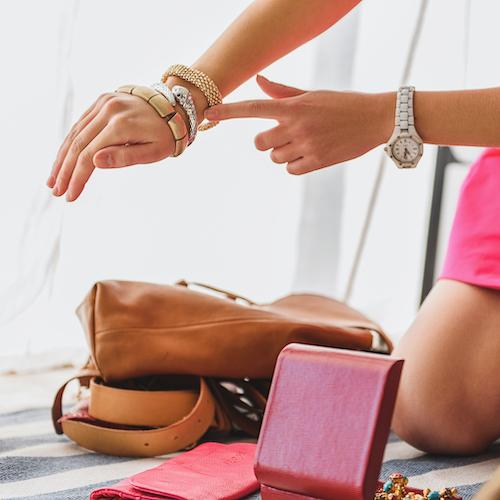 kvinna provar smycken